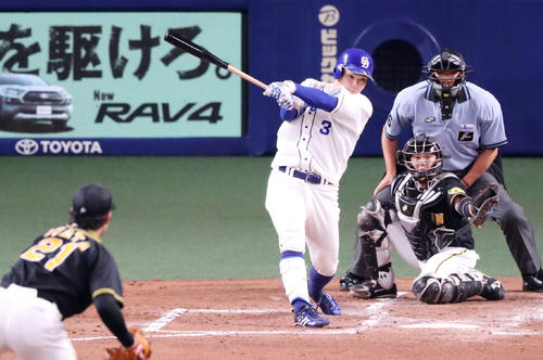 中日対阪神 1回裏中日1死一、三塁、高橋は左前適時打を放つ(撮影・加藤哉)