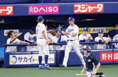 中日対阪神 1回裏中日1死一、三塁、三走大島は高橋の左前適時打で生還しベンチ前で松坂(左)とタッチする(撮影・加藤哉)
