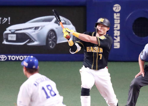 中日対阪神 3回表阪神2死一、二塁、糸井は右越え適時二塁打を放つ(撮影・加藤哉)