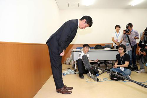 綾部の条例違反について頭を下げるDeNA三原球団代表(撮影・鈴木正人)