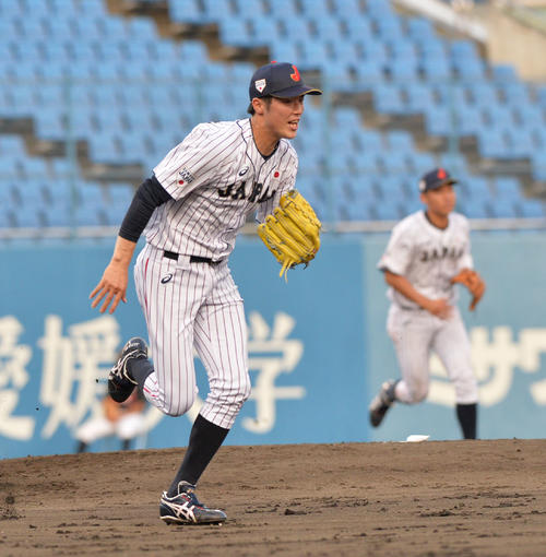 米国対日本 4回表米国1死、タナー・アレンの打球で一塁ベースカバーに走る森下暢(撮影・和賀正仁)