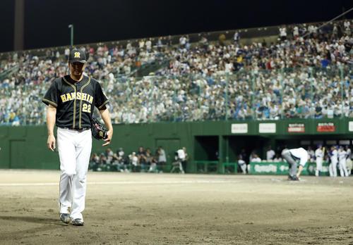 中日対阪神 8回裏中日1死一、二塁、阿部に勝ち越し2点適時三塁打を浴びたところで降板となり、うつむきながらベンチへ戻る藤川(撮影・前田充)