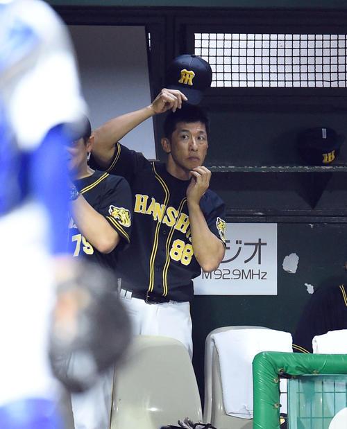中日対阪神 5回表阪神無死一、二塁、ベンチで頭をかく矢野監督(撮影・森本幸一)
