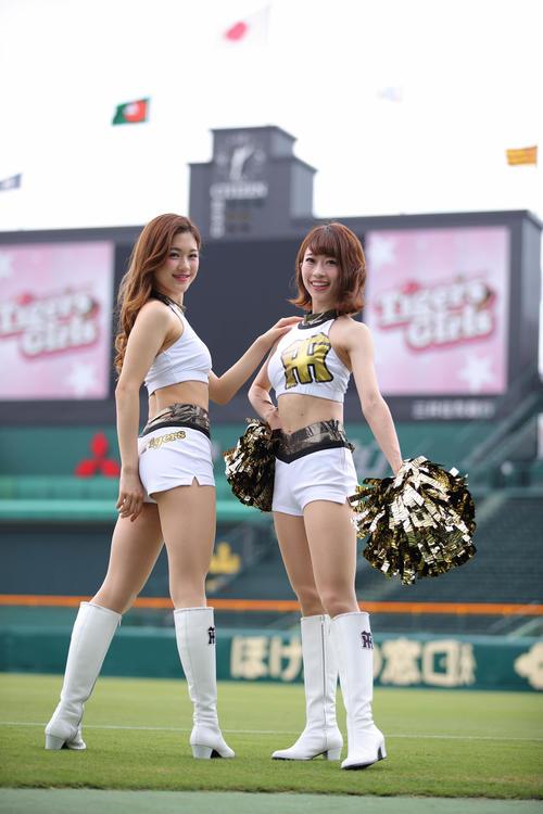 19日のヤクルト戦から夏用ユニフォームに変更となるタイガースガールズ。モデルはMomoko(左)とMai