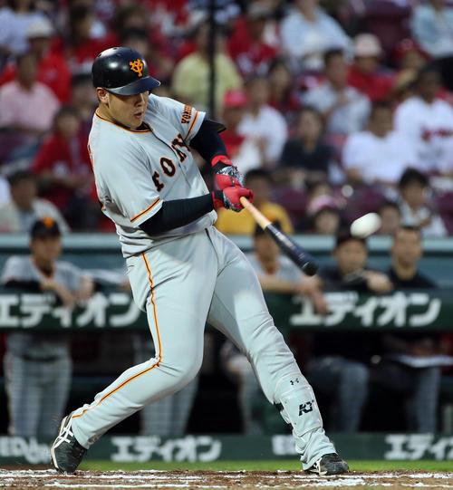 広島対巨人 3回表巨人無死、左越えソロ本塁打を放つ岡本(撮影・栗木一考)
