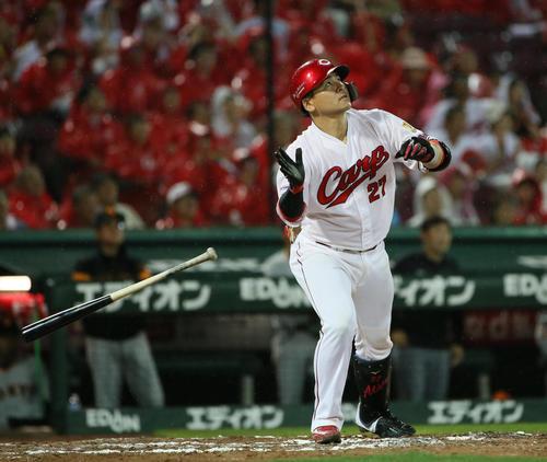 広島対巨人 8回裏広島1死三塁、会沢翼は右越えに逆転2点本塁打を放つ(撮影・栗木一考)