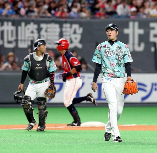 日本ハム対ロッテ 5回裏日本ハム1死一、三塁、大田(左奥)に2点適時二塁打を打たれるロッテ二木(撮影・佐藤翔太)