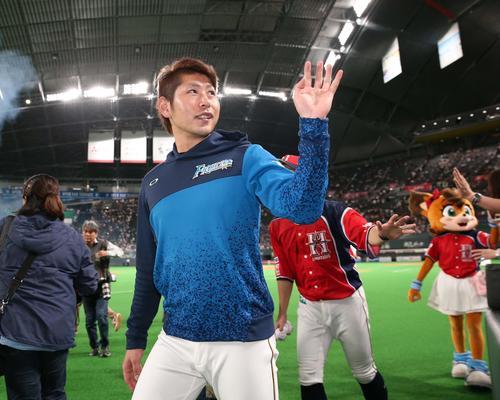 日本ハム対ロッテ 試合後、ファンの声援に応える日本ハム加藤(撮影・黒川智章)