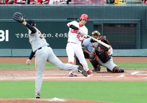 広島対巨人 1回裏広島無死、西川は先頭打者本塁打を放つ。投手桜井(撮影・浅見桂子)