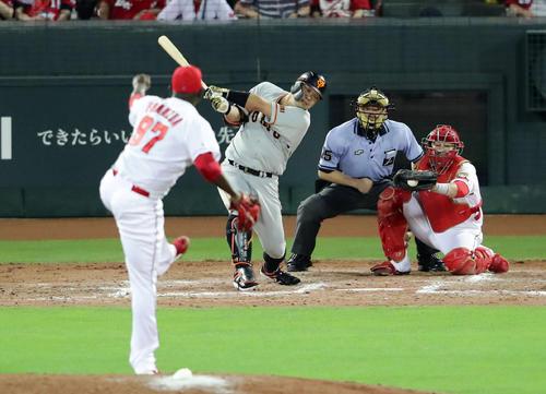 広島対巨人 9回表巨人1死満塁、阿部は空振り三振に倒れる。投手フランスア(撮影・浅見桂子)