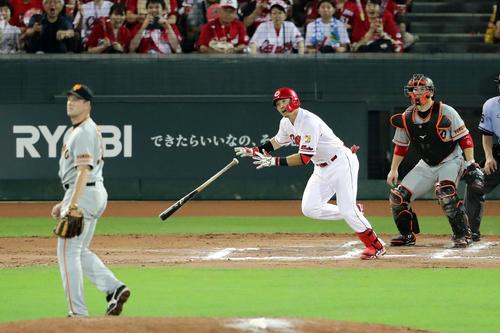 広島対巨人 10回裏広島1死満塁、鈴木は右前にサヨナラ適時打を放つ。投手マシソン(撮影・浅見桂子)