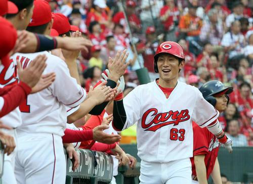 広島対巨人 1回裏広島無死、西川龍馬は右越えに先制ソロ本塁打を放ちベンチ前でナインの出迎えを受ける(撮影・栗木一考)
