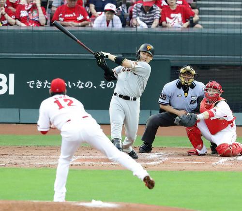 広島対巨人 3回表巨人1死三塁、丸は同点犠飛を放つ。投手九里(撮影・浅見桂子)