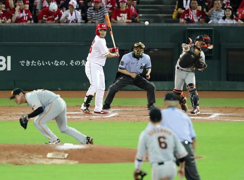 広島対巨人 6回裏広島1死一塁、一塁走者鈴木の二塁盗塁を封じる捕手小林。投手桜井(撮影・浅見桂子)