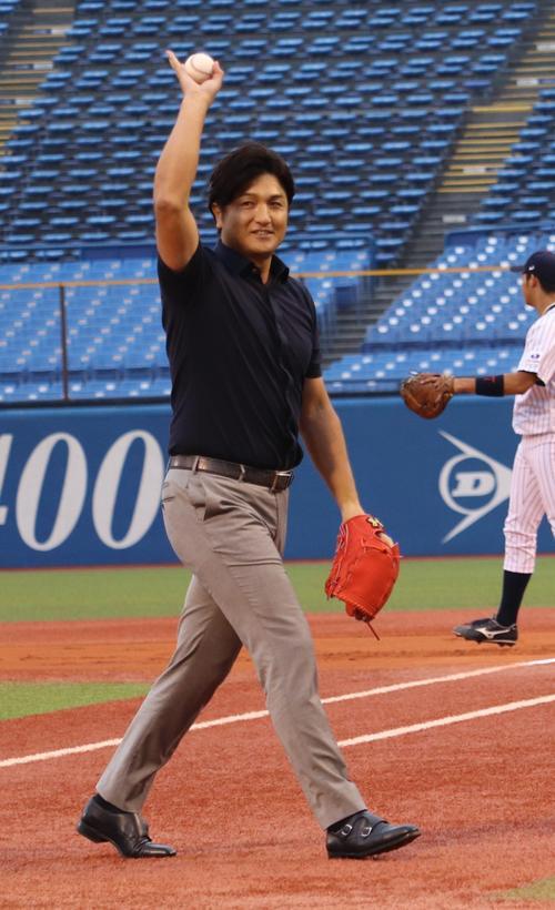 始球式を終え、声援に応える高橋氏(撮影・古川真弥)
