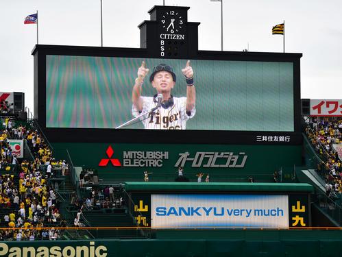 阪神対ヤクルト 試合前、甲子園を盛り上げるマーク・パンサー(撮影・清水貴仁)