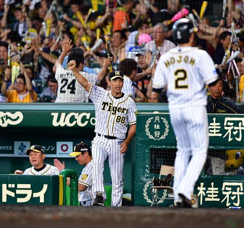 5回裏阪神2死一、二塁、近本光司の逆転3点本塁打にガッツポーズをみせる矢野耀大監督(撮影・清水貴仁)