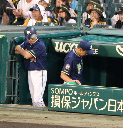 8回裏阪神2死満塁、小川監督(右)は五十嵐の交代を告げベンチに戻る(撮影・上山淳一)