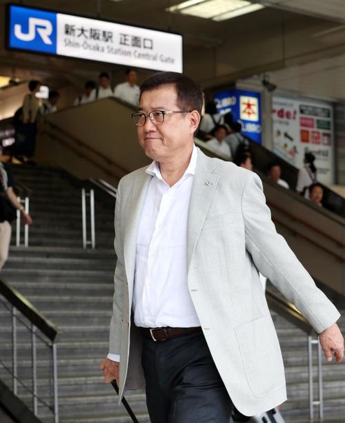 広島から新大阪駅に到着した巨人原監督(撮影・垰建太)