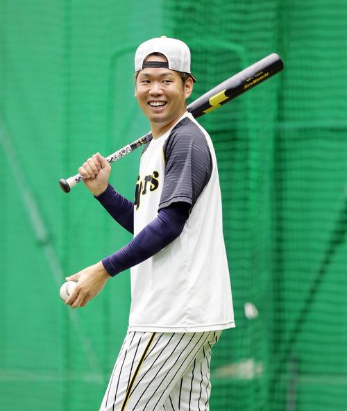 投手指名練習でバットとボールを手に笑顔を見せる西(撮影・前田充)