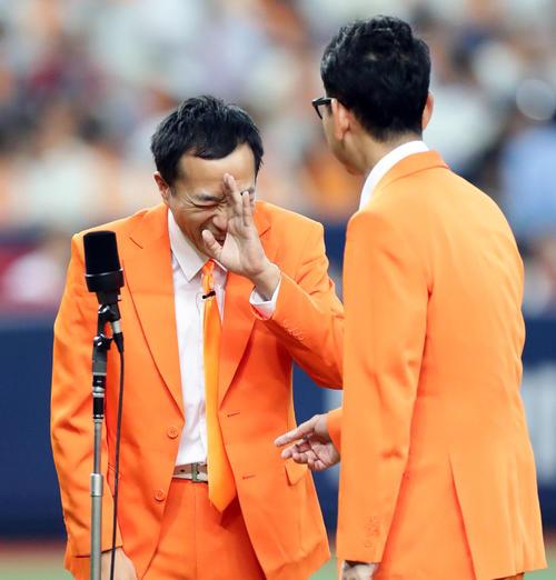 巨人対ヤクルト 試合前、漫才を披露したナイツの2人は「闇営業」「岡本」というワードを出して吉本の騒動を思わせるネタを披露する(撮影・浅見桂子)