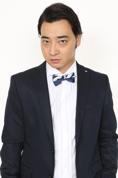 始球式を行うジャングルポケット斉藤(球団提供)