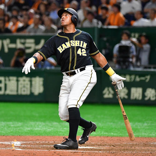 巨人対阪神 7回表阪神2死一塁、勝ち越しの左越え2点本塁打を放つヤンハービス・ソラーテ(撮影・清水貴仁)