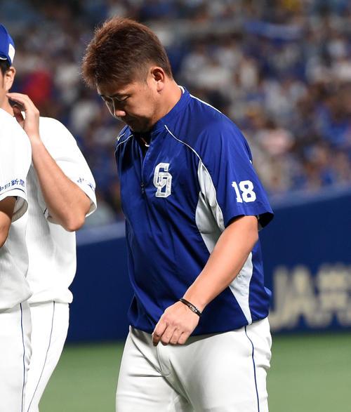 中日対DeNA 初回、8失点でKOされた松坂大輔はファンへのあいさつを終えがっくりとベンチに戻る(撮影・前岡正明)