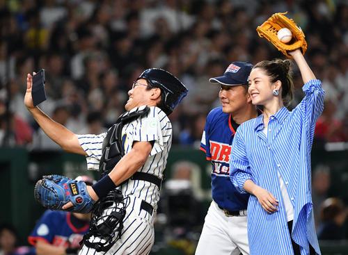 始球式終え古田氏(左)、岡島氏(中央)と記念撮影する石原さとみ(撮影・滝沢徹郎)
