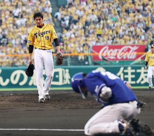 阪神対中日 2回表中日無死一塁、木下拓に死球を与え、帽子を取って謝る藤浪(撮影・前田充)