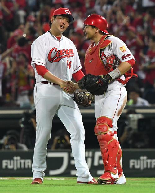 阪神対広島 完封勝利を挙げた大瀬良(左)は捕手会沢とガッチリ握手(撮影・奥田泰也)