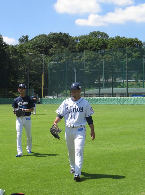 笑顔を見せる西武今井(左)と榎田(撮影・栗田成芳)