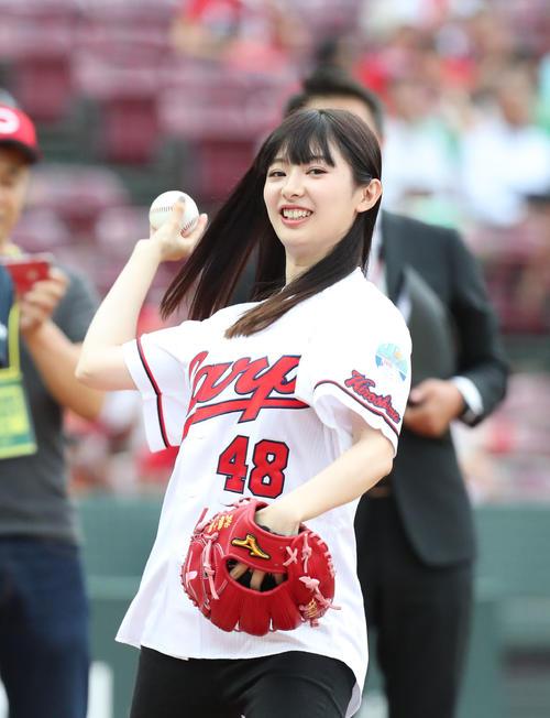 広島対DeNA 始球式前に練習するAKBの武藤十夢(撮影・梅根麻紀)