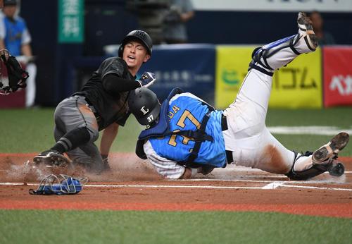 本塁クロスプレーで負傷した西武岡田雅利(2019年8月4日撮影)