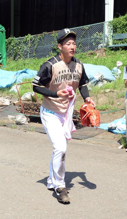 イースタンリーグ西武対日本ハム 日本ハム吉田輝は1回に危険球退場処分となり、ベンチを出てロッカーへ向かう(撮影・鈴木正章)