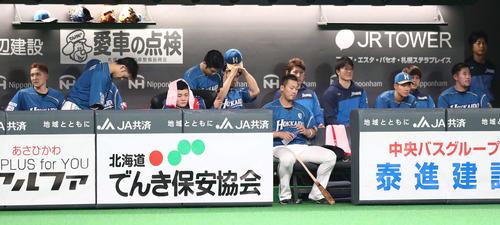 日本ハム対オリックス ベンチで渋い表情の日本ハムナイン(撮影・黒川智章)