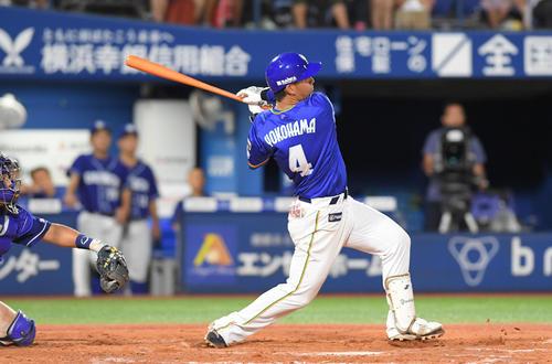 DeNA対中日 8回裏DeNA無死一塁、伊藤裕は左越えに同点の2点本塁打を放つ(撮影・加藤諒)