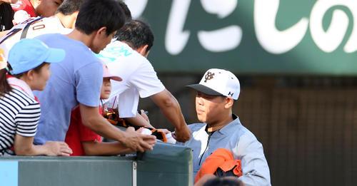 広島対巨人 試合前、サインをする巨人山口(撮影・たえ見朱実)