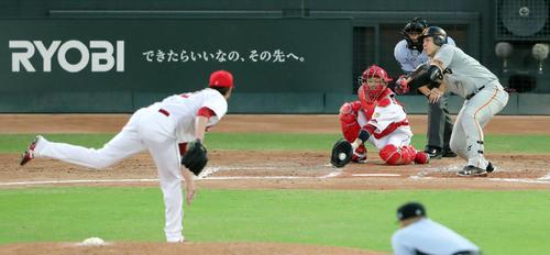 広島対巨人 4回表巨人無死一塁、空振り三振に倒れる岡本。投手ジョンソン(撮影・垰建太)