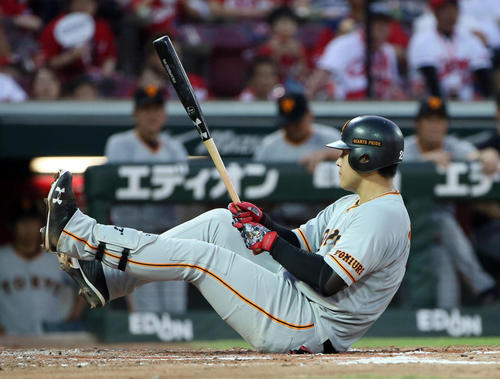 4回表巨人無死一塁、岡本は空振りして座り込む(撮影・栗木一考)