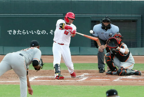 広島対巨人 2回裏広島無死一塁、先制の適時二塁打を放つ松山。投手メルセデス(撮影・垰建太)