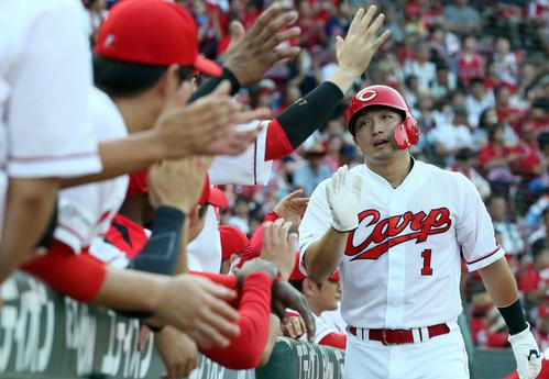2回裏広島無死一塁、松山の適時二塁打で生還する鈴木(撮影・栗木一考)