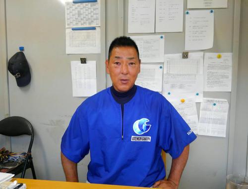 追手門学院大学硬式野球部で監督を務める小島弘務氏(撮影・安藤宏樹)