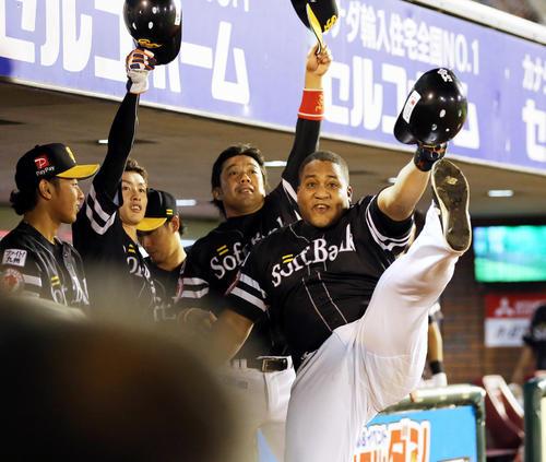 8回表ソフトバンク無死、デスパイネ(右)は本塁打を放ちベンチ前でポーズを決める(撮影・浅見桂子)