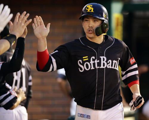 楽天対ソフトバンク 2回表ソフトバンク2死二、三塁、捕手太田が二塁悪送球し三塁走者甲斐が2点目の生還し、ナインとハイタッチ(撮影・浅見桂子)