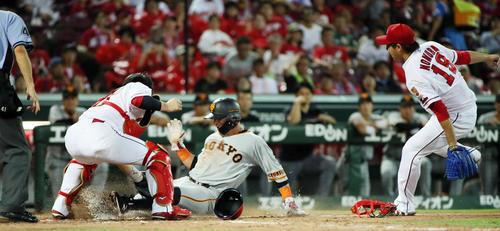 4回表巨人1死一、三塁、菅野のバントで本塁を狙うもタッチアウトになるゲレーロ。捕手会沢、右は野村(撮影・栗木一考)