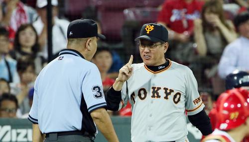 4回、ゲレーロの本塁タッチアウトのリプレー検証後、審判に質問する原監督(撮影・栗木一考)