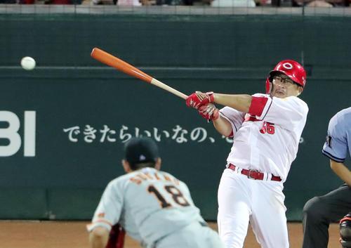 広島対巨人 4回裏広島2死二塁、同点の適時打を放つ松山。投手菅野(撮影・垰建太)