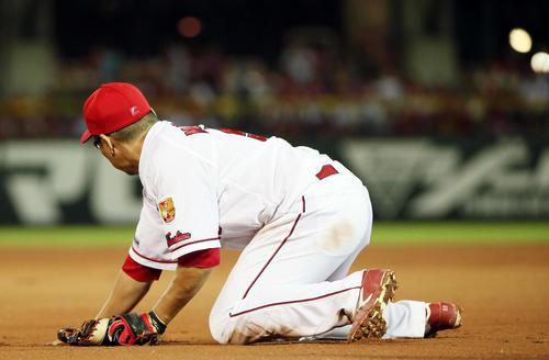 6回表巨人2死二、三塁、松山は菅野の打球を後方にそらす(撮影・栗木一考)