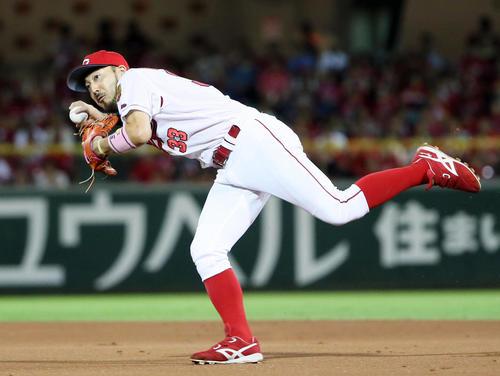 6回表巨人2死二、三塁、松山の弾いた打球を捕球し、一塁へ送球する菊池涼(撮影・栗木一考)